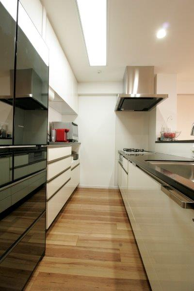 思い切ってモノトーンのキッチンを選び落ち着いたリビングにキッチンの